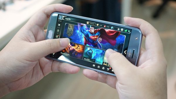 holding moto x4 for gaming